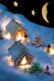 Kleine Lebkuchenhäuser im Schnee Lizenzfreie Stockfotos