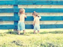 Kleine leuke jongen twee die achteruitgaan Stock Fotografie