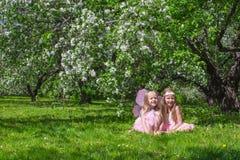 Kleine leuke meisjes in de tot bloei komende appeltuin Stock Afbeeldingen