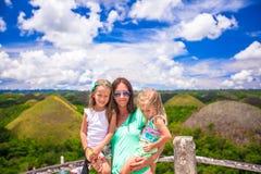 Kleine leuke meisjes en moeder op achtergrond van Stock Foto