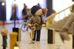 Kleine Leute, die öffentlich Saxophon und Gitarre spielen stockfotografie