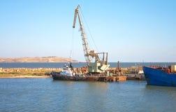 Kleine Lieferung und Kran im Dock Stockfotos