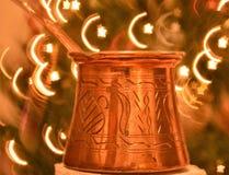 Kleine long-handled pot met een gietende die lip specifiek wordt ontworpen om Turkse koffie met halve maan te maken en achtergron stock afbeeldingen