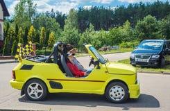 Kleine lustige gelbe Seitenansicht Auto Polskis Fiat 126p stockfoto