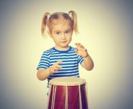 Kleine lustige Mädchenspieltrommel Stockbilder