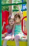 Kleine Mädchen auf einem Spielplatz Lizenzfreie Stockfotografie