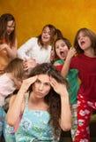 Kleine Mädchen benehmen sich schlecht Stockfoto