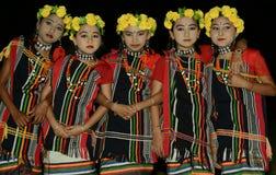 Kleine Mädchen in der ethnischen Kleidung zu den bitte traditionellen Gottheiten Lizenzfreies Stockbild
