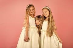 Kleine Mädchen in der modischen Kleidung, Abschlussball Kindermädchen im Kleid, Familie, Schwestern Freundschaft, Blick, Friseur Stockfoto