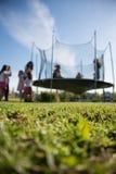 Kleine Mädchen des Geburtstages, die Trampoline springen lizenzfreie stockbilder