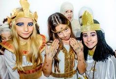 Kleine Mädchen, die ägyptische Kostüme Kleopatra für Schulmaske tragen Stockfotos