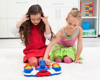 Kleine Mädchen, die auf dem Boden spielen Stockbilder