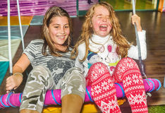 Kleine Mädchen, die auf dem Schwingen im Spielplatz schwingen Lizenzfreie Stockfotografie