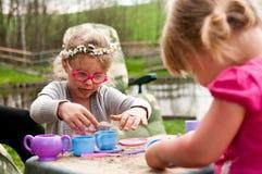 Kleine Mädchen, die draußen spielen Stockfotos
