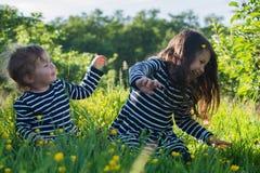 Kleine Mädchen, die draußen spielen Stockbild