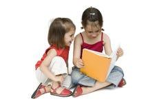 Kleine Mädchen, die ein Buch lesen Stockfotos