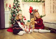 Kleine Mädchen, die Geschenke vorbereiten lizenzfreies stockfoto
