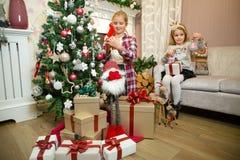 Kleine Mädchen, die Geschenke vorbereiten stockfoto