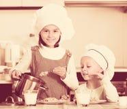 Kleine Mädchen, die gesundes Hafermehl essen stockfotos