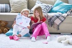 Kleine Mädchen, die im Kinderzimmer spielen stockbilder