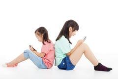 kleine Mädchen, die intelligentes Telefon spielen Stockfoto