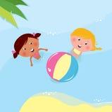 Kleine Mädchen, die mit Kugel im Meer spielen Lizenzfreies Stockbild