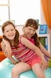 Kleine Mädchen, die Spaß mit Gymnastikkugel haben Stockfoto