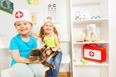 Kleine Mädchen, die vortäuschen, Doktoren zu sein tierärztlich Stockfoto
