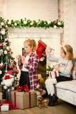 Kleine Mädchen, die Weihnachtsbaum verzieren und Geschenke vorbereiten lizenzfreies stockbild