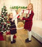 Kleine Mädchen, die Weihnachtsbaum verzieren und Geschenke vorbereiten lizenzfreie stockfotografie