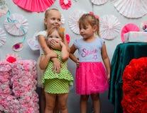 Kleine Mädchen an einem Feiertag in einem rosa Rock Mädchen mit Geschenken lizenzfreie stockfotos