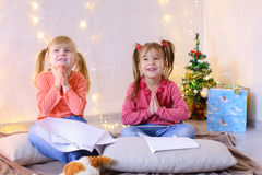 Kleine Mädchen in Erwartung neues Jahr ` s Feiertage machen Wünsche Lizenzfreies Stockbild