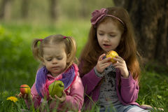 Kleine Mädchen essen Äpfel Stockfoto