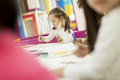 Kleine Mädchen im Kindergarten lizenzfreie stockbilder