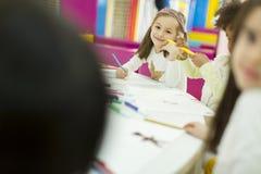 Kleine Mädchen im Kindergarten stockbilder