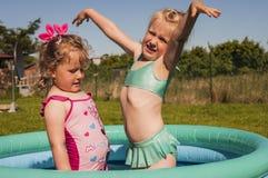 Kleine Mädchen im Swimmingpool stockfotos