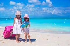 Kleine Mädchen mit dem großem Koffer- und Kartensuchen Lizenzfreie Stockfotografie