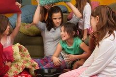 Kleine Mädchen Pillowfighting lizenzfreies stockfoto