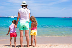 Kleine Mädchen und junge Mutter während des Strandes machen Urlaub Stockbild