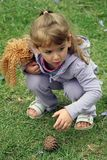 Kleine Mädchen und Natur lizenzfreies stockfoto