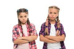 kleine Mädchenkinder mit dem perfekten Haar Kindheitsglück Freundschaft und Schwesternschaft Der Tag der Kinder Zurück zu Schule lizenzfreie stockfotos