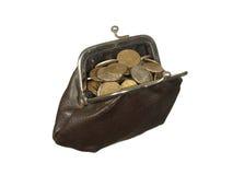Kleine Münzen in der alten Geldbörse mit den Metallverschlüssen lokalisiert auf weißem Ba Lizenzfreie Stockfotos