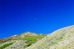 Kleine Maan in Vroege Ochtend Blauwe Hemel Stock Afbeelding