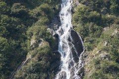 Kleine maar steile waterval Stock Afbeeldingen
