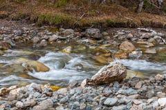 Kleine maar wilde bergrivier Kleine Yaloman in Altai, Rusland stock foto's