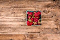 Kleine mand van verse aardbeien Stock Afbeelding