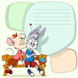 Kleine Maus, die schüchternes Kaninchen auf Texthintergrund küßt Lizenzfreies Stockbild