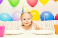 Kleine Mädchen an der Geburtstagsfeier Stockfoto
