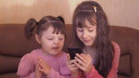 Kleine Mädchen mit einem Handy stock video