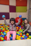 Kleine Mädchen am Spielplatz Lizenzfreie Stockfotografie